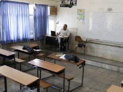 یک معلم در حال تدریس در کلاس مجازی